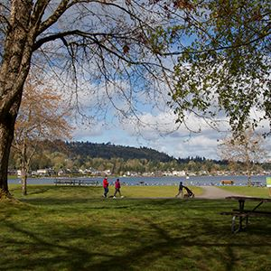 Lake_Sammamish_Beach_Family_Walking